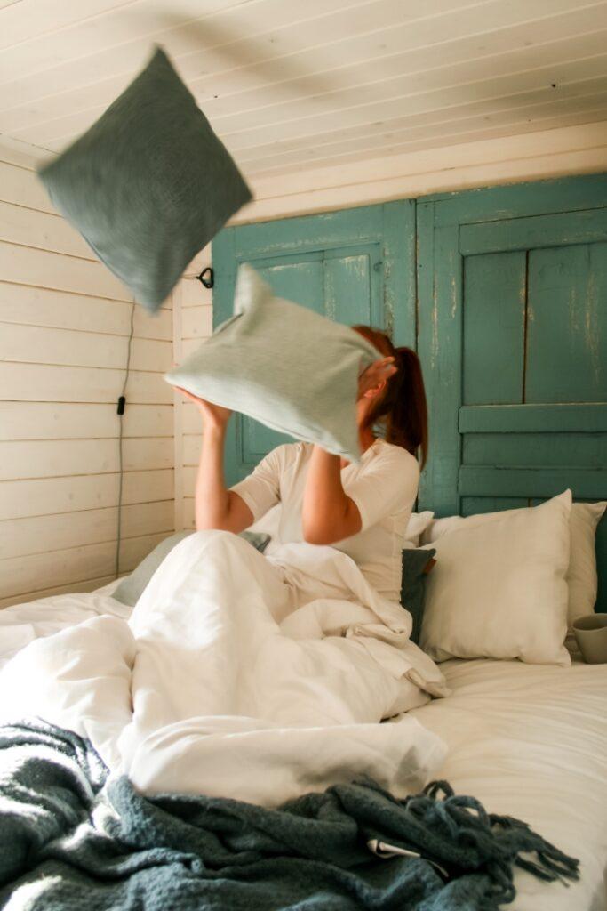 omissa makuuhuoneissa nukkuminen eri sängyissä nukkuminen hyödyt kokemuksia
