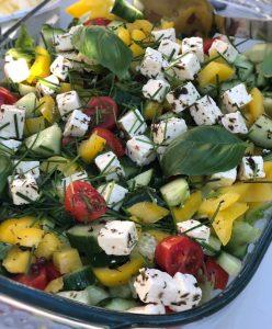 Viikon ruokavinkki: lohimedaljonki ja fetasalaatti