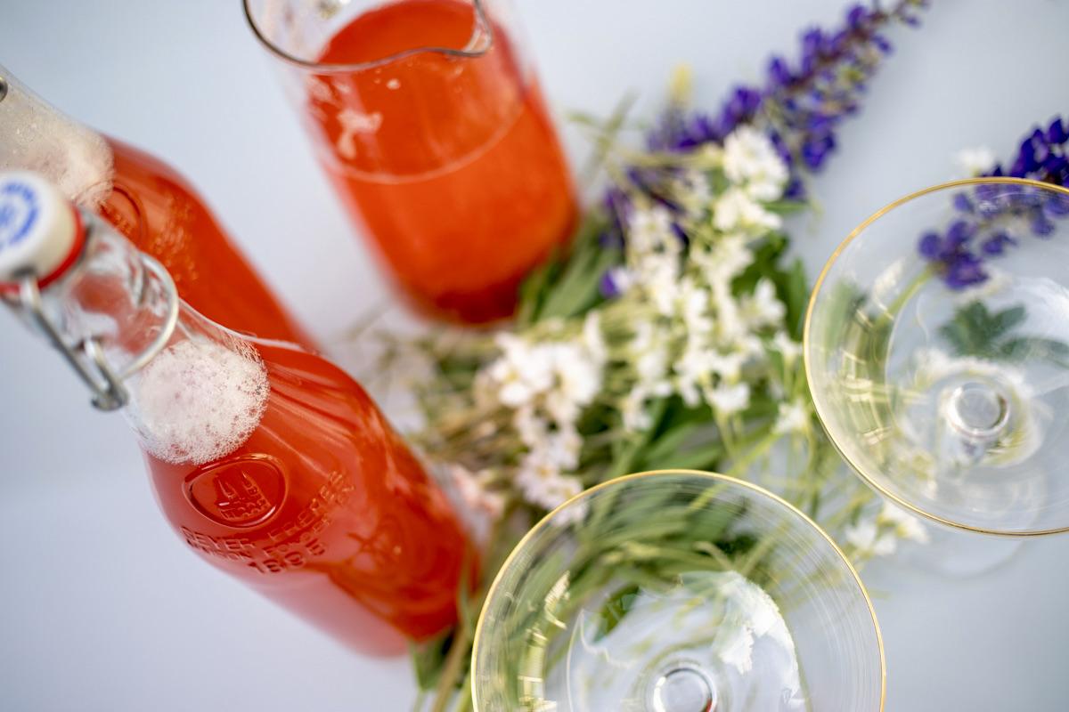 Kesän (alkoholiton) juomahitti: raparperi-mansikkamehu